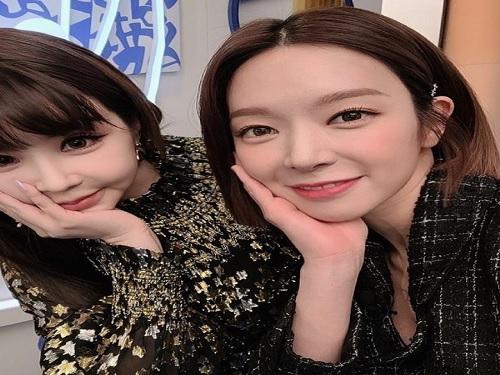 """초아, 11kg 감량한 박봄과 다정한 '인증샷'…팬들 """"반갑다"""""""